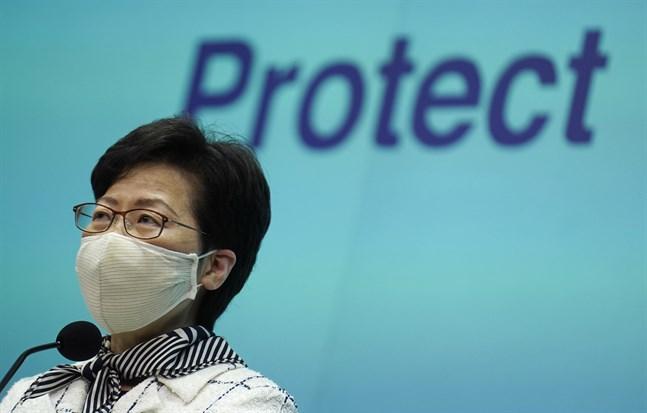 Den Pekingtrogne ledaren Carrie Lam uppmanar Hongkong-borna att testa sig.