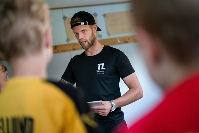 Som fotbollsspelare har Emil Öhberg tillbringat mycket tid i omklädningsrum.