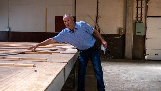 På det här bordet kunde en hel stockhusvägg ligga. Nu är det tre år sedan produktionen tog slut i fabriksfastigheterna i Petalax som Raymond Neumann äger.