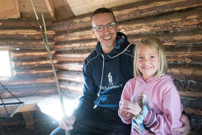 Kenneth Berg och dottern Amelie hörde till dem som bekantade sig med scoutverksamheten i Nedervetil i måndags.