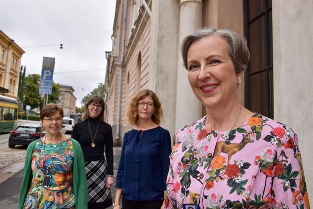 Från vänster Nina Nissas, specialsakkunnig i författningsöversättning, Susanna Karjalainen, gruppchef för författningsöversättarna, Eva Orava, specialsakkunnig i aktualitetsöversättning, och i förgrunden Kararina Petrell som leder enheten.