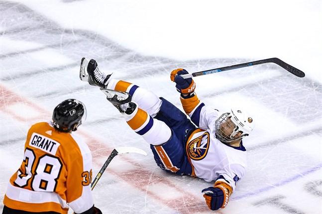 Derek Grant bjöd Islanders Leo Komarov på en kortare flygtur i den femte kvartsfinalen i Stanley Cup-slutspelet.