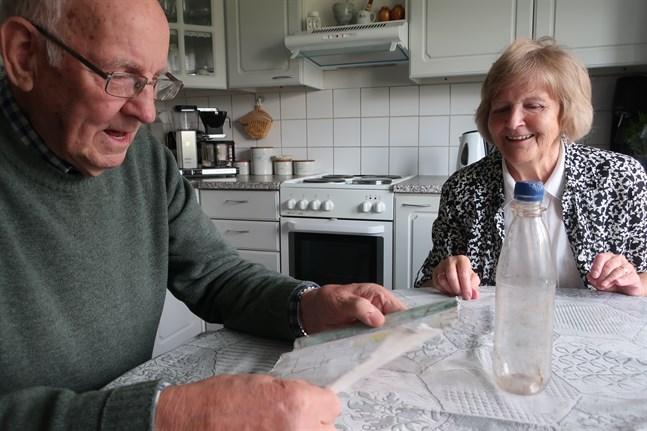 Hans och Katrine Pajunen är glada över hälsningen – trots att det tog tjugo år för den att nå fram.