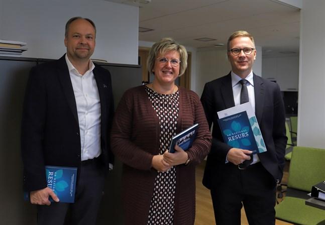 Ulrica Karp och Mats Brandt fortsätter alla på sina poster i Högskolestiftelsen. Till vänster Kjell Blomqvist, stiftelsens tf vd.