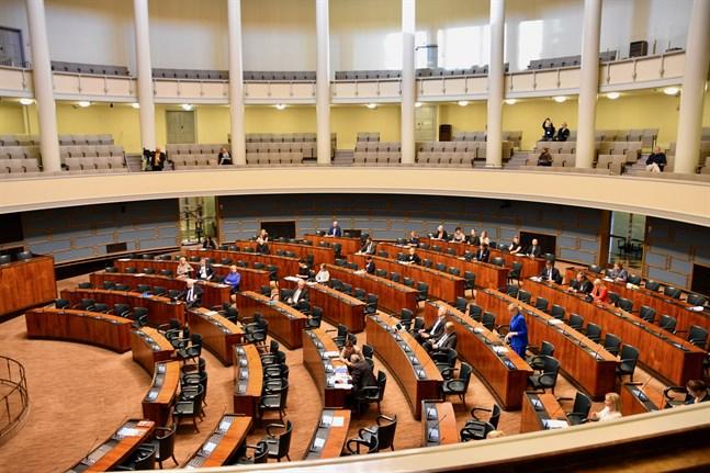 På grund av coronaepidemin sitter inte alla riksdagsledamöter samtidigt i plenisalen.