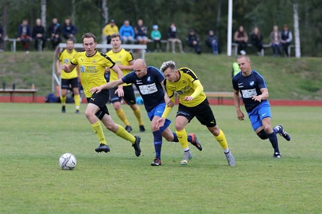 IK Myrans Rasmus Wassborr (gul tröja), här i spurtkamp med Esse IK:s Jockum Krokfors, har chans att vinna skytteligan i division 4.