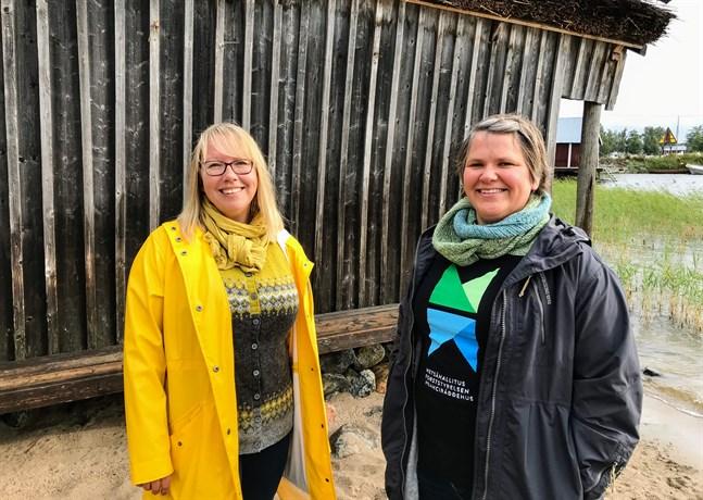 """Liselott Nyström Forsén, projektledare för """"Människan och landhöjningen"""" och Malin Henriksson, världsarvskoordinator och ordförande i Världsarvsföreningen ser fram emot att få in kulturhistoria i världsnaturarvet. Man kommer också att försöka ta med orter utanför området som Unesco har klassat som världsarv, som utanför Molpe och Bergö, i projektet."""