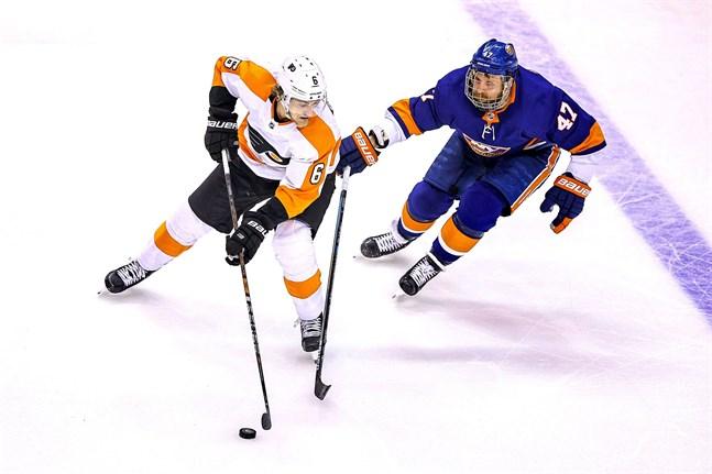 NY Islandersspelaren Leo Komarov (nummer 47) stör Travis Sanheim i Philadelphia Flyers. Komarov och hans lagkompisar har förlorat sitt övertag och är nu piskade att vinna den sjunde och sista kvartsfinalen.