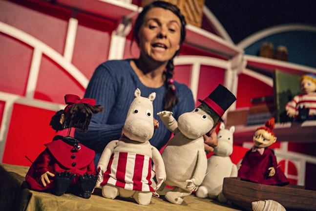 Ninni (längst till vänster) flyttar in i muminhuset. Skådespelaren Susanne Marins ger karaktärerna röst.