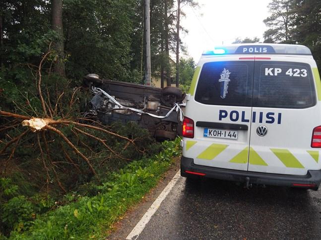Olycksbilen hade stjälpt i diket.