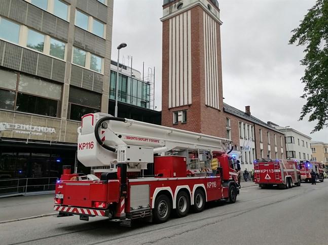 Sammanlagt sex enheter ryckte ut till den gamla röda byggnaden där bland annat Mellersta Österbottens förbund numera har sitt kontor.