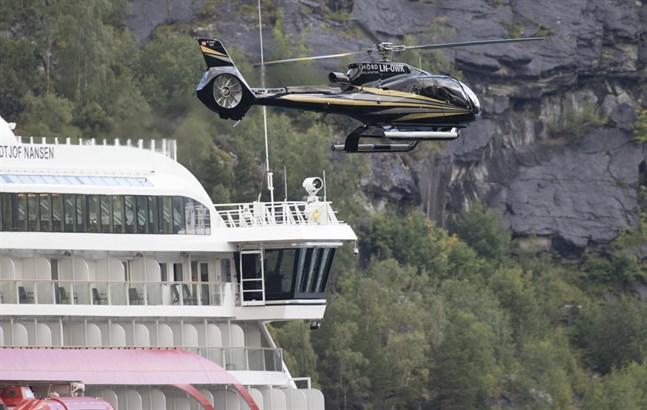 Helikoptrar syns i luften utanför Hellesylt med anledning av filminspelningen. De flesta av filmarbetarna bor ombord på Hurtigruten.