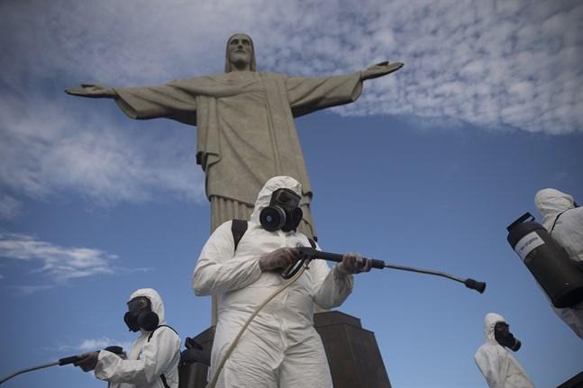 Militär desinficerar kristusstatyn som blickar ut över staden Rio de Janeiro i Brasilien. Arkivbild.