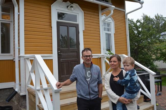 Erkki Päkkilä och Katja Lintula med sonen Tatu vid köksingången till sitt hem i Kristinestad.