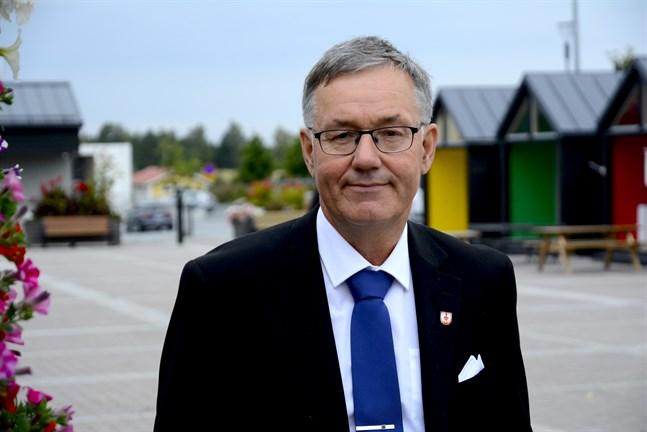 Hans-Erik Lindqvist är nu officiellt pensionär efter 13 år som stadsdirektör och dubbelt fler inom skogsbranschen.