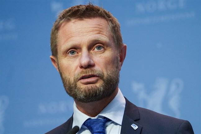 Norges hälsominister Bent Høie (H) uppmanar norrmännen att vara fortsatt covidmedvetna.
