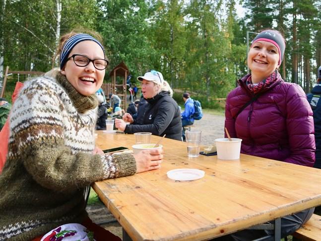 Sarah Granlund och Angelica Storkamp jobbar med utomhuspedagogik och lockades till Lappfors både som privatpersoner och pedagoger. De gav lunchen tio poäng.