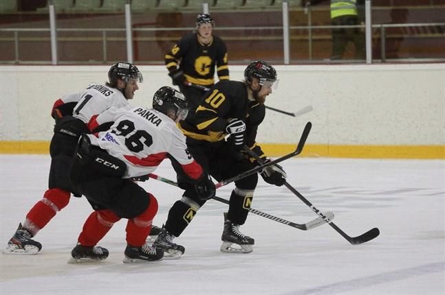 Jani Nylund (nummer 10) missade bortamatchen mot Kraft, men tar i Centers Hockeys hemmapremiär plats i första formationen mellan Matti Toskala och Casper Käld.