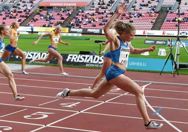 Lotta Kemppinen vann 100 meter i landskampen på 11,45. Bakom henne skymtar tvåan, svenskan Nikki Anderberg, och till vänster Anniina Kortetmaa.