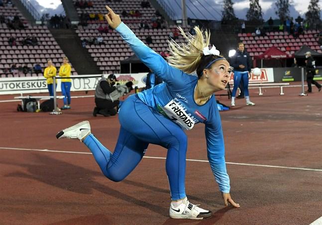 Unga Julia Valtanen gladde med personligt och seger i spjut.