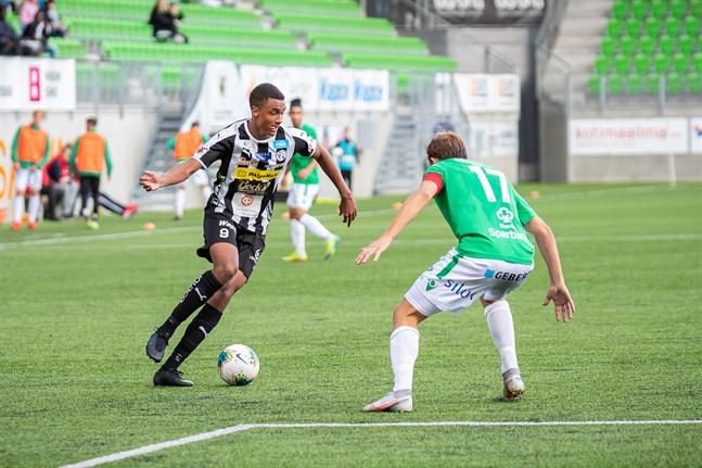 VPS lyckades sätta press på Ekenäs IF genom aktivt spel på kanterna. Här utmanar Momodou Sarr gästernas vänsterback Zacharias Ekström.
