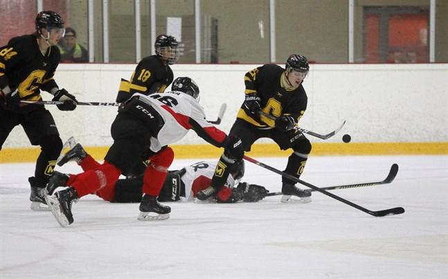 Centers Hockeys Joona Pesola i kamp om pucken med tidigare Jeppis Hockey spelaren från Kurikan Ryhti Iiro Pakka.