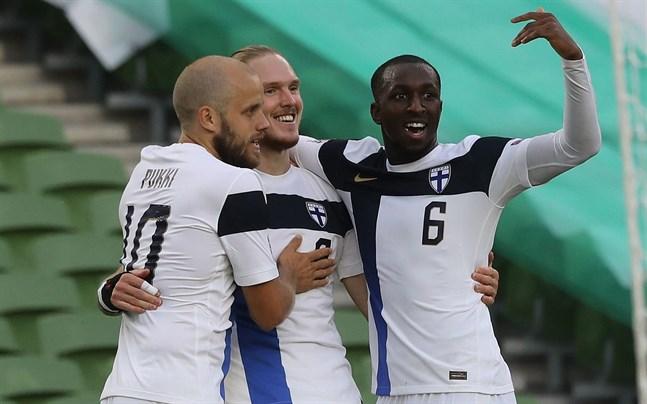 Fredrik Jensen firar sitt 0–1-mål med Teemu Pukki och Glen Kamara.