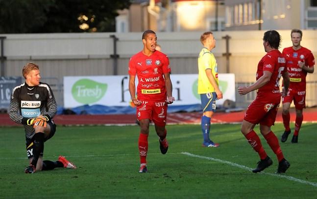 Anthony Olusanya i Jaro jublar efter att ha gjort 2–1, medan den första målskytten Markus Kronholm skyndar till för att gratulera. Tomi Maanoja i Gnistans mål är tvungen att abdikera.