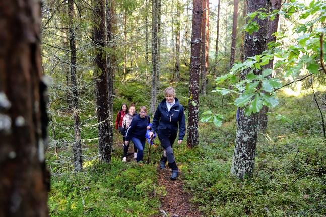 Ida Berg från Kvarkens naturskola, Jessica Havulehto från Folkhälsan utbildning, Malin Ström från Folkhälsans förbund och Annika Wiklund-Engblom projektledare på Naturkraft hör till dem som planerat Friluftslördagen.