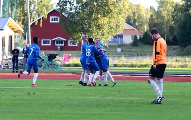Mikael Hakala (till höger) hade en tung dag på jobbet där Norrvalla FF öste in hela fem mål.