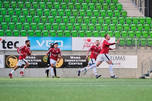 Det är fortfarande väldigt oklart när de lokala fotbollsserierna kan inledas. Bilden är från division 3-mötet mellan VPS Akatemia och Korsnäs FF i september förra året.