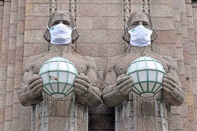 Statyerna utanför järnvägsstationen i Helsingfors fick munskydd efter att Institutet för hälsa och välfärd utfärdat en allmän rekommendation om munskydd.