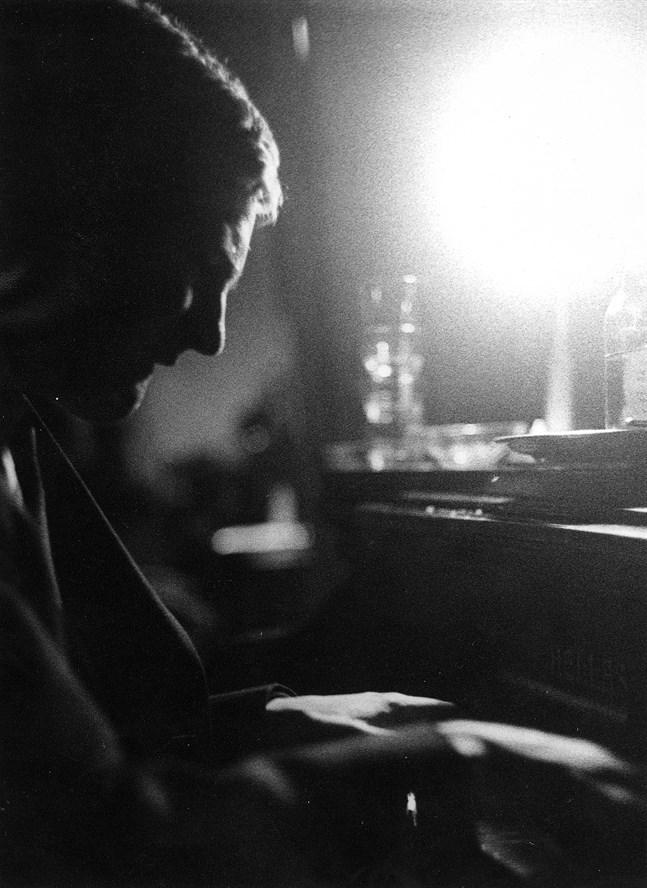 """""""Förutom att lata sig, dricka vin och älska är det svårt att tänka sig något mera njutbart och tillfredsställande än att spela jazz"""