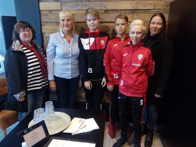 Jaana Pikkarainen-Haapasaari, Eivor Cygnel, Tomas Tissarinen, Felix Hagström, Niklas Nyman och Kati Bång såg fram emot att ordna en mysig julmarknad som ett samarbete mellan Eivor Cygnel och GBK -07. Men nu är också den julmarknaden inställd.