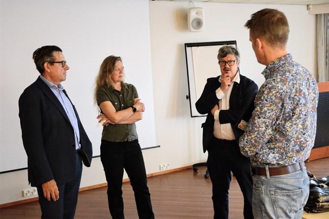 Landskapsdirektör Kaj Suomela diskuterar planerna på ett naturskyddsområde i Kvarken med Miljöministeriets Leila Suvantola, Korsholms kommundirektör Rurik Ahlberg och Forststyrelsens Mikael Nordström.