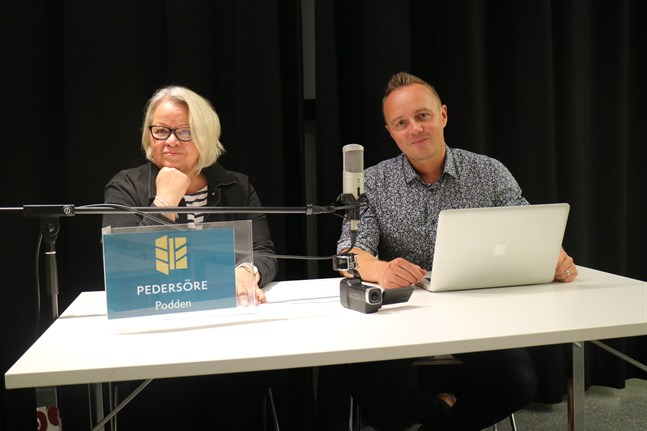 Vi kompletterar varandra bra, konstaterar projektsekreterare Katta Svenfelt och projektledare Dennis Rönngård. I månadsskiftet övertar Rönngård Svenfelts tjänst då hon går i pension. Men duon kommer fortsätta höras tillsammans i Pedersörepodden.