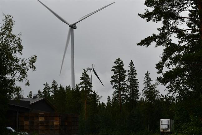Vindkraftverket med den brutna vingen finns inom vindkraftsparkens norra område, i Back. Rotorbladet landade invid kraftverket. Nu pågår undersökningar om hur rotorbladet skulle slitas loss.