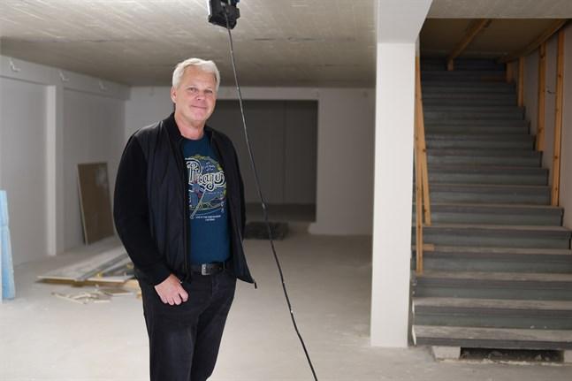 Här i Grönviks källare ska det bli en pub, berättar Anders Hägglund. Bardisken placeras bredvid trappan som leder upp till restaurangdelen. Längst in, bakom Hägglund, skymtar ett kabinett.
