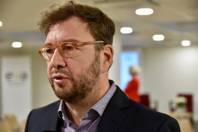 Kommunikationsminister Timo Harakka (SDP) säger att den föreslagna lagändringen om att uppvisa ett negativt coronatest vid resor till Finland är en mycket brådskande fråga.