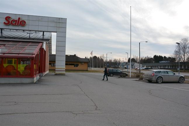 Ungdomar i Korsnäs träffas bland annat vid Sale-affärens vägg. Nu efterlyses ett samlingsställe och verksamhet för dem.