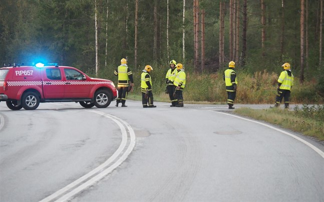 Brandkåren dirigerade trafiken längs Munsalavägen, medan räddningsarbetet på Norra Munsalavägen pågick.