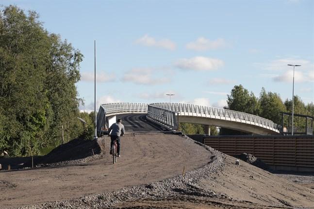 Cykelbron över Alskatvägen. Här sedd från Dragnäsbäckshållet.