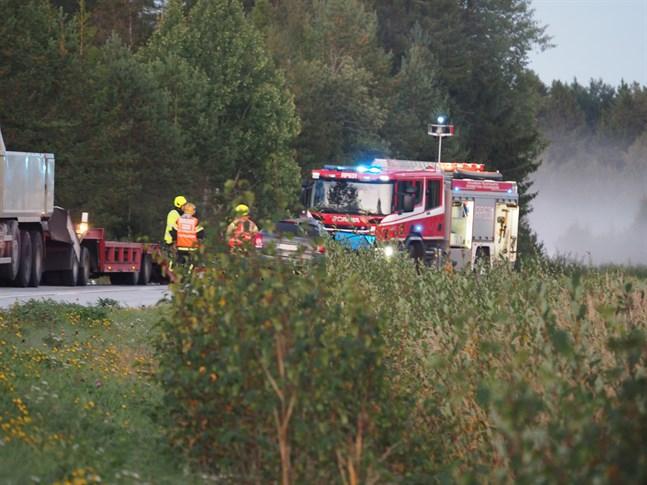 Personbilen har av okänd orsak krockat med en lavett som stod på vägen.