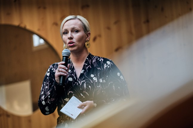 Johanna Holmäng, SFP:s kretsordförande i Österbotten, stöder beslutet om det flyttade kommunalvalet.