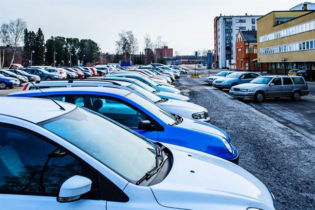 Arbetsgruppen kan inte ta ställning till hur mycket utsläppen skulle minska om parkering på jobbet blev beskattat.