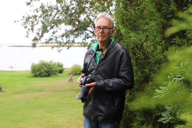 Med kameran i handen är Tore Appel i sitt rätta element. Från strandkanten vid sommarstugan har han fotograferat många solnedgångar.