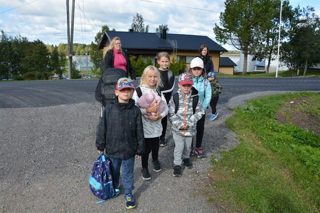 Lucas Nixholm, Tindra Nixholm, Moa Brådd, Oscar Backlund och Molly Brådd har just kommit hem med skolbussen. Johanna Bergström och Ann-Sofie Bergström med sonen Isac Bergström mötte dem.