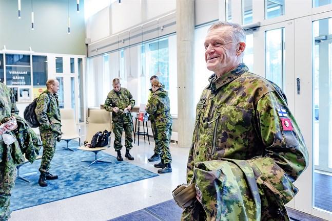 Försvarsmaktens kommendör, general Timo Kivinen besökte Karleby i samband med den stora militärövningen i regionen.