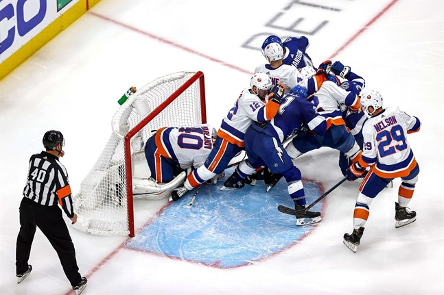 Trångt och stökigt framför Islandersmålvakten Semjon Varlamov i matchen mot Tampa Bay.