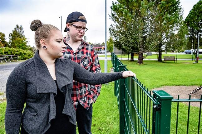 Sara och Robert Nylund vill varna för staketet med metallpiggar. Deras son Damian skadades allvarligt när han fastnade på piggarna.